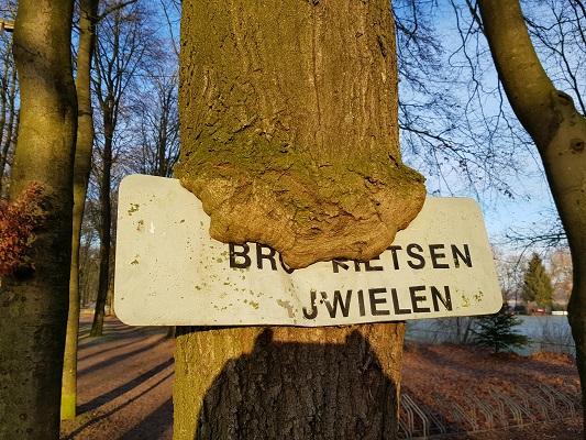 Bordje 'Bromfietsen' Duitse Kampweg Wolfheze op een wandeling over Klompenpad Molenbeeksepad bij Wolfheze