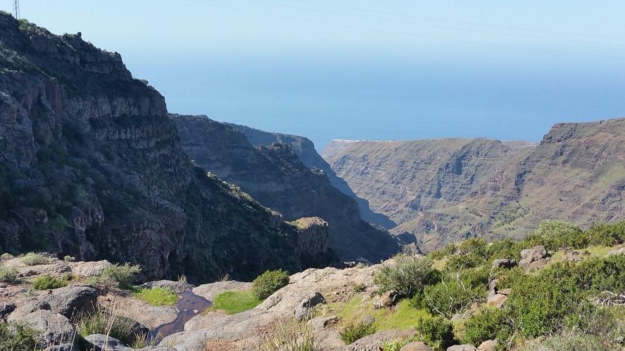 Valle Gran Rey Wandelpad hoog boven Barranco de Erque tijdens wandeling op een wandelvakantie op La Gomera op de Canarische Eilanden