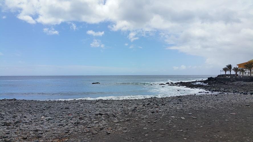 Strand La Playa in Valle Gran Rey Wandelpad hoog boven Barranco de Erque tijdens wandeling op een wandelvakantie op La Gomera op de Canarische Eilanden