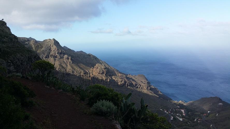 Uizicht op Tagaluche op wandeling van Arure naar Alojera Wandelpad hoog boven Barranco de Erque tijdens wandeling op een wandelvakantie op La Gomera op de Canarische Eilanden