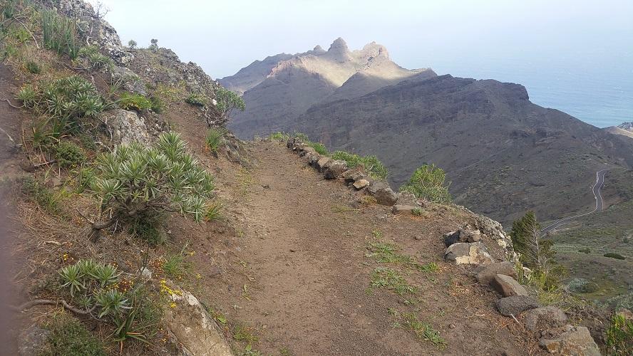 Wandelpad hoog boven Barranco de Erque tijdens wandeling op een wandelvakantie op La Gomera op de Canarische Eilanden