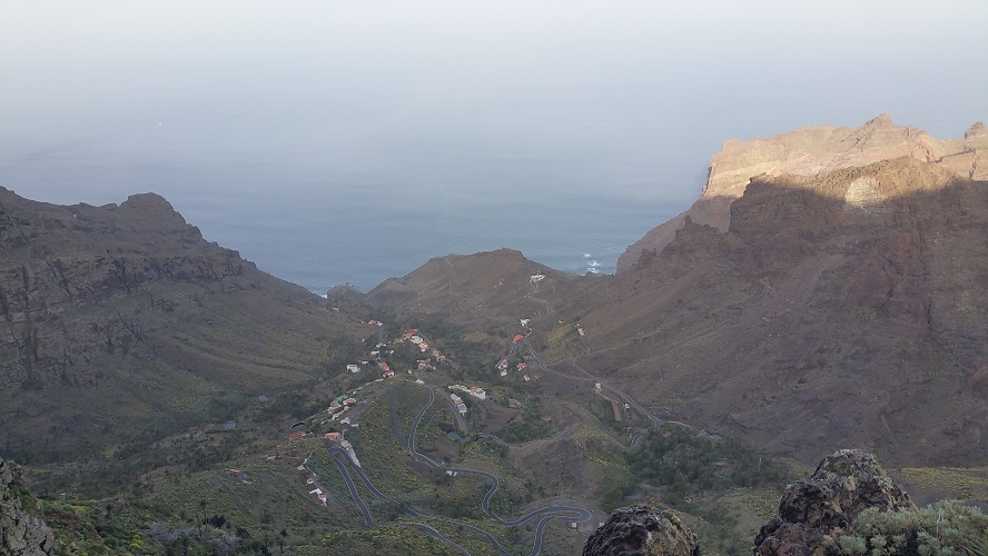 Barrano de Erque bij La Fortaleza Valle Gran Rey Wandelpad hoog boven Barranco de Erque tijdens wandeling op een wandelvakantie op La Gomera op de Canarische Eilanden