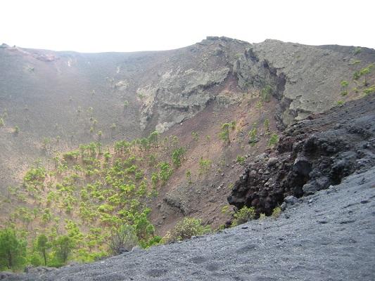 Krater tijdens klassieke vulkaantoer tijdens een wandelvakantie op Canarisch eiland La Palma