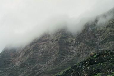 Mist tegen de bergen tijdens een wandelvakantie op Canarisch Eiland Lanzarote