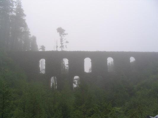 Aquaduct bij Asno Mosteiros tijdens een wandelvakantie op eiland Sao Miguel op de Azoren