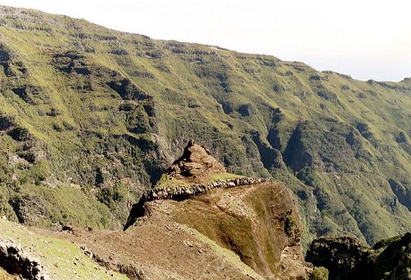 Landschap bij Pico Ruivo op wandelvakantie op Portugees eiland bloemeneiland Madeira