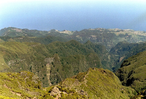 Tussen Pico Ruivo en Pico Areiro op wandelvakantie op Portugees eiland bloemeneiland Madeira
