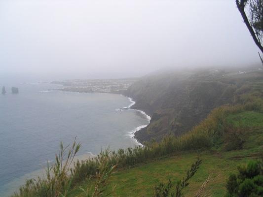 Noordkust bij Ribiera Grande tijdens een wandelvakantie op eiland Sao Miguel op de Azoren