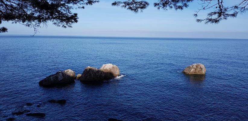 Middelandse Zee bij Port de Soller op wandelvakantie in Tramuntanagebergte op Spaans eiland Mallorca