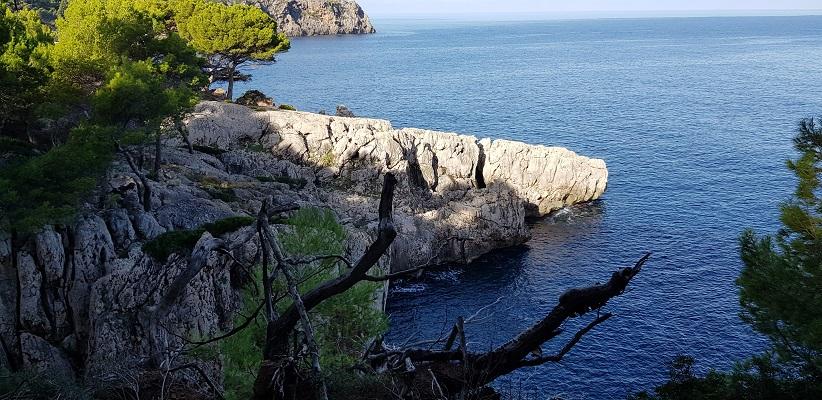 Noordkust tussen Deia en Port de Soller op wandelvakantie in Tramuntanagebergte op Spaans eiland Mallorca