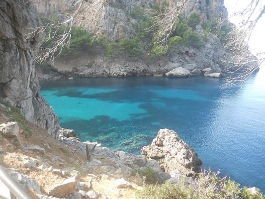 Blauwe baaien op wandeling tussen Mirador de ses Barques en Sa Calobra op wandelvakantie in Tramuntanagebergte op Spaans eiland Mallorca