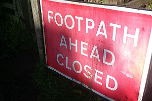 'Footpath ahead closed' Wandelreis over de Hadrian Wall, de muur van Hadrianus in Engeland