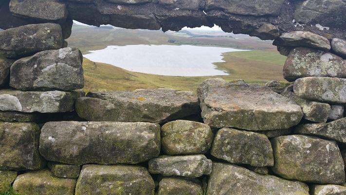 Doorkijk in Muur van Hadrianus op een wandeling van Chollerford naar Once Brewed op wandelreis over Muur van Hadrianus in Engeland