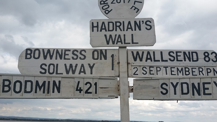 Wegwijzer Hadrian's Wall tijdens wandeling van Carlisle naar Bownes op wandelreis over Muur van Hadrianus in Engeland