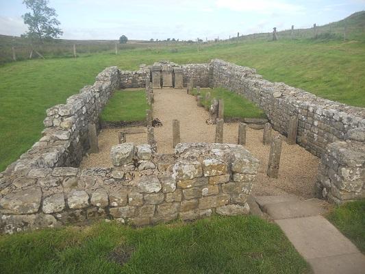Romeins fort op een wandeling van Heddon on Wall naar Chollerford op een wandelreis over de Muur van Hadrianus in Engeland