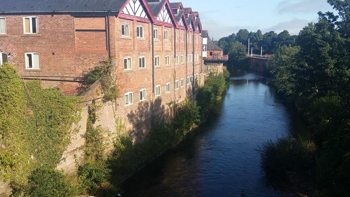 Industriegebouwen tijdens wandeling van Lanercost naar Carlisle tijdens wandelreis over Muur van Hadrianus in Engeland