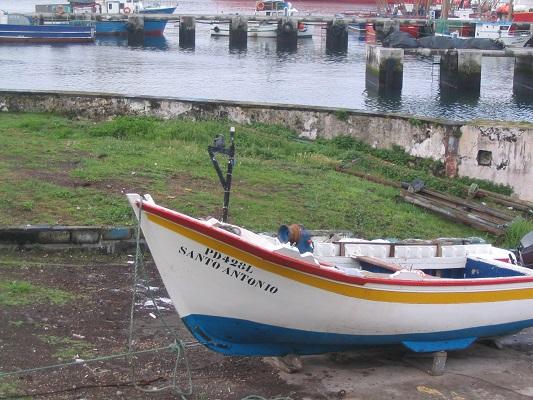 Vissersbootje in Ponta Delgado tijdens een wandelvakantie op eiland Sao Miguel op de Azoren