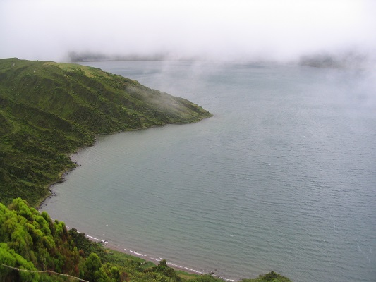 Mist boven Sete Cidades tijdens een wandelvakantie op eiland Sao Miguel op de Azoren