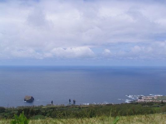 Zicht op de Atlantische Oceaan bij Sete Cidades tijdens een wandelvakantie op eiland Sao Miguel op de Azoren