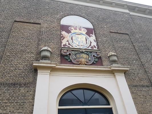 Opschrift op Hervormde Kerk in Dinteloord tijdens een wandeling over het Zuiderwaterliniepad van Dinteloord naar Willemstad