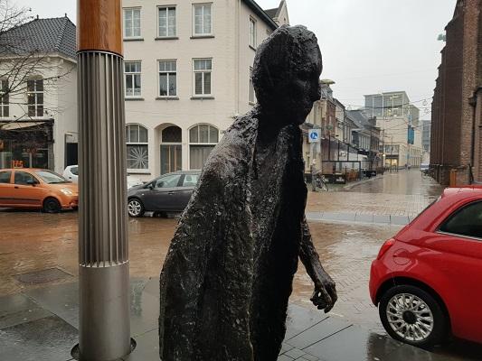 Kunstwerk De lopende Man tijdens wandeling Kort rondje Kunst in Tilburg van Brabant Vertelt