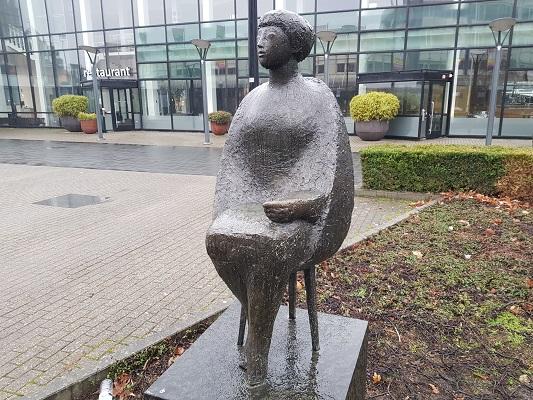 Kunstwerk Zittend Meisje tijdens wandeling Kort rondje Kunst in Tilburg van Brabant Vertelt