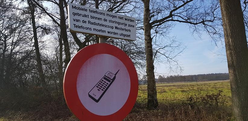 Bord mobiele telefoons verboden op wandeling over het Roots Natuurpad van Papenvoort naar Hooghalen