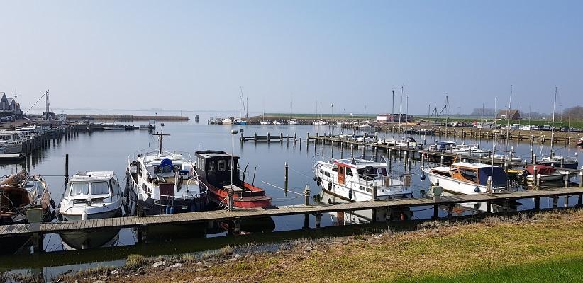 Wandelen over het Noord-Hollandpad van Nieuwesluis naar Den Oever bij de haven van De Haukes