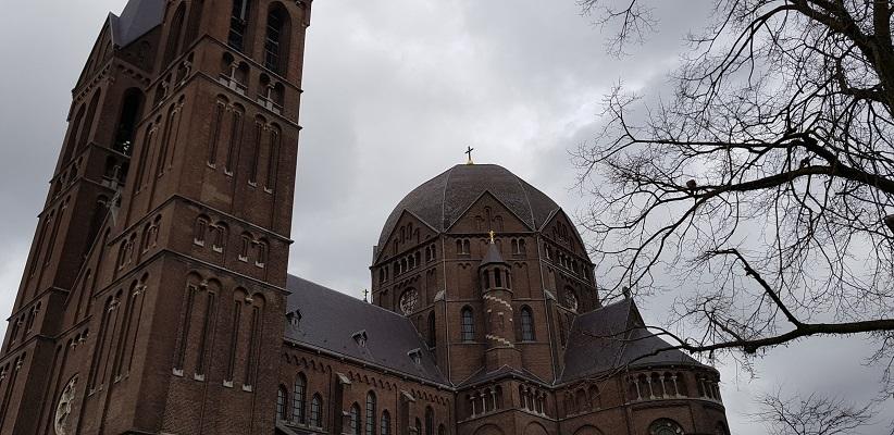Wandelen over Rielsepad van Eindhoven naar Geldrop bij kerk in Geldrop