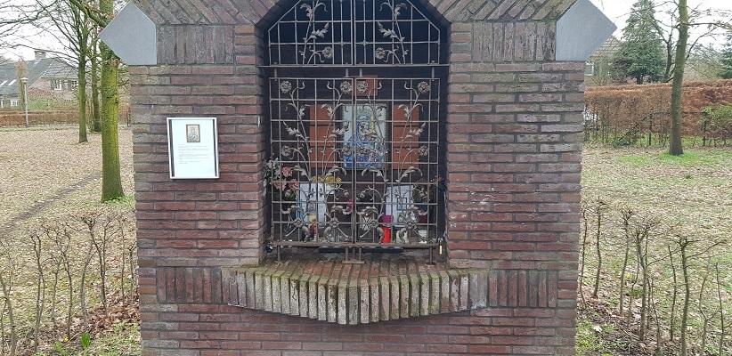 Wandelen over Rielsepad van Eindhoven naar Geldrop bij Mariakapel in Riel