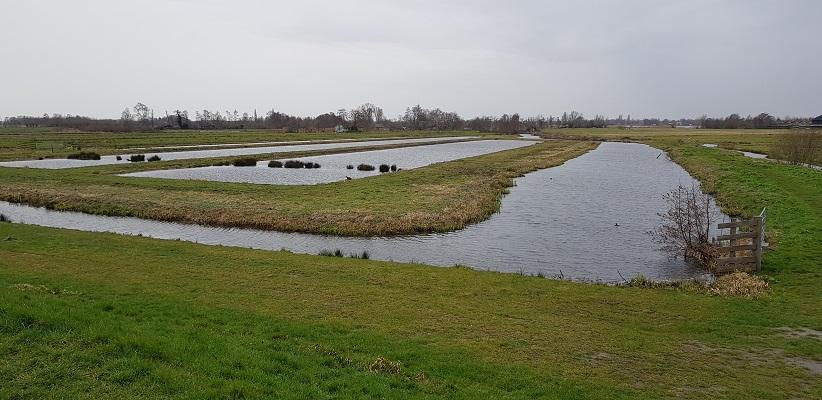 Wandelen over het Romeinse Limespad bij petgaten bij de Reeuwijkse Plassen