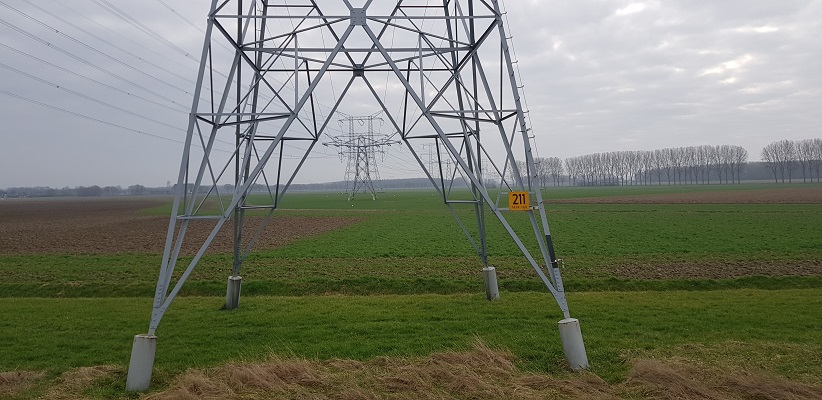 Hoogspanningsmasten op een wandeling over de Zuiderwaterlinie van Oosterhout via Geertruidenberg naar Hooipolder