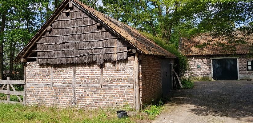 Wandelen over het Peelpad van Altweerderheide naar Stramproy bij authentieke boerderij bij Broeker Watermolen