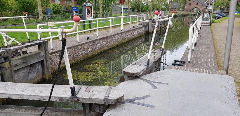 Wandelen van Harmelen naar Woerden over het Romeinse Limespad bij sluis in de Oude Rijn