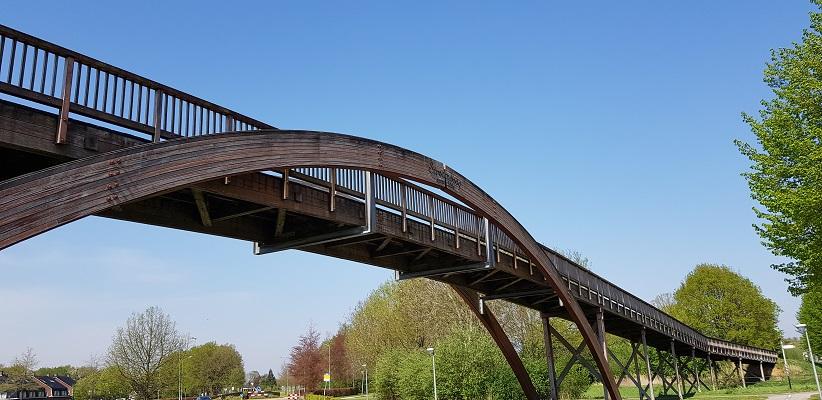 Wandelen langs het Westerborkpad bij bij houden voetbrug Stroomboog