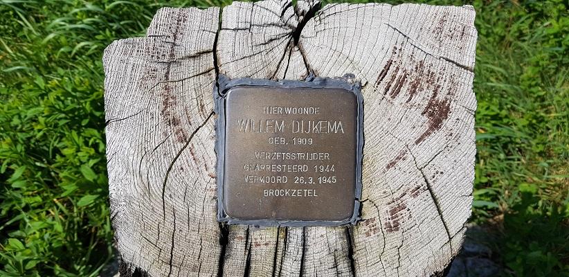 Wandelen langs het Westerborkpad bij herinneringsplaquette verzetstrijder Willem Dijkema
