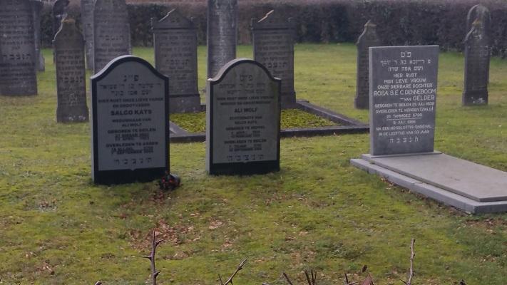 Wandelen over het Westerborkpad van Hooghalen naar Beilen bij kerkhof in Beilen