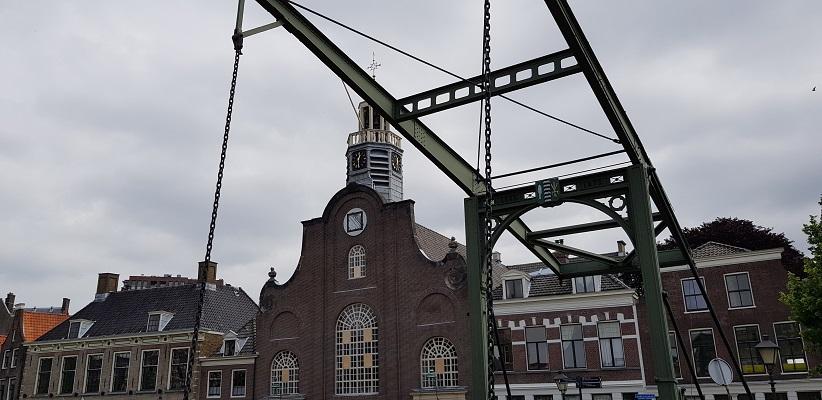 NS-wandeling Rotterdam Maasstad bij kerk en ophaalbrug in Delfshaven