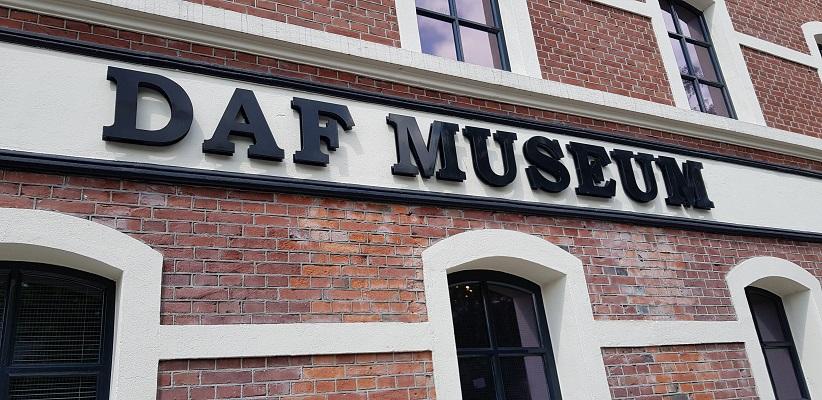 Wandeling van Gegarandeerd Onregelmatig over het Parkstadpad van Wandelen buiten de binnenstad van Eindhoven bij het DAF-museum