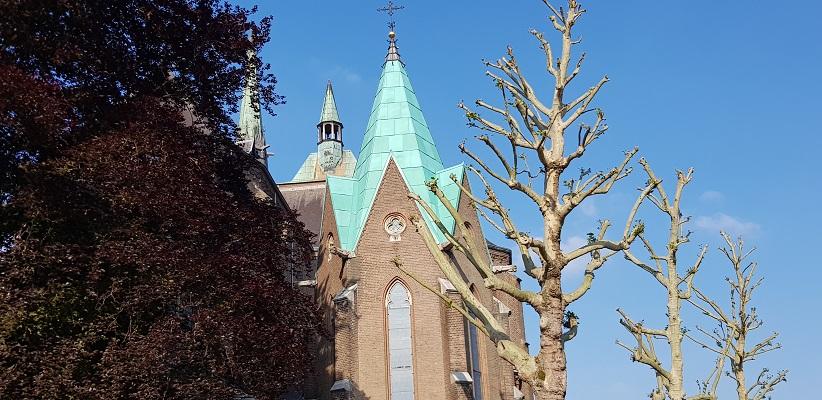 Wandelen buiten de binnenstad van Eindhoven over het Batapad bij de kerk in Strijp