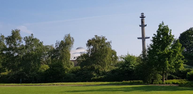Wandelen buiten de binnenstad van Eindhoven over het Batapad bij het Evoluon