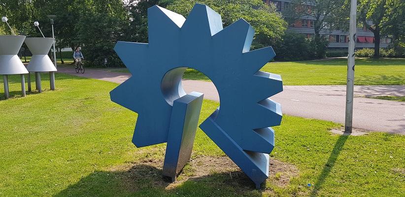 Wandeling buiten de binnenstad van Eindhoven over het Gestelpad bij kunstwerk in Severijnpark