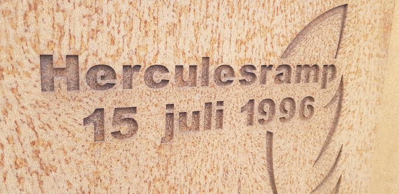 Wandeling buiten de binnenstad van Eindhoven over het Gestelpad bij monument Herculesramp