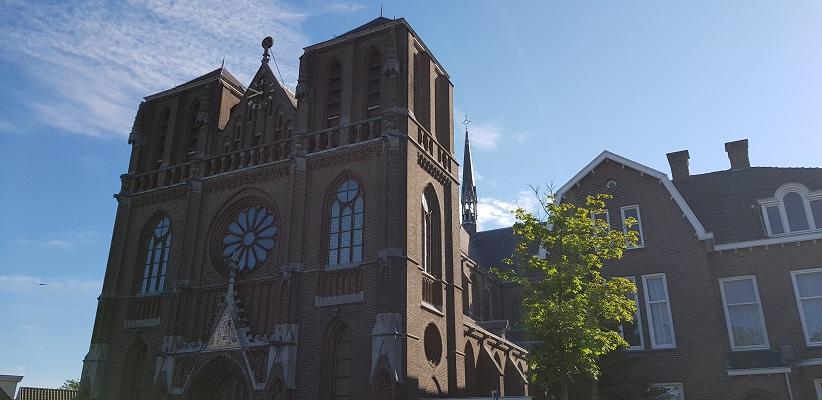 Wandelen buiten de binnenstad van Eindhoven over het Tongelrepad bij de kerk in Tongelre