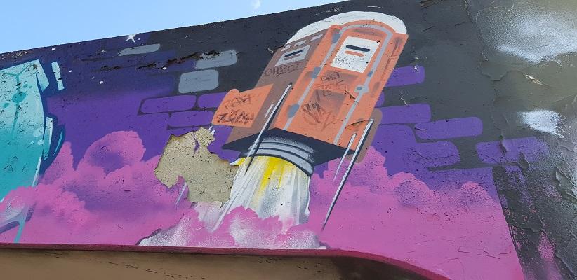 Wandelen buiten de binnenstad van Eindhoven over het Tongelrepad bij graffity in de Berenkuil in EIndhoven