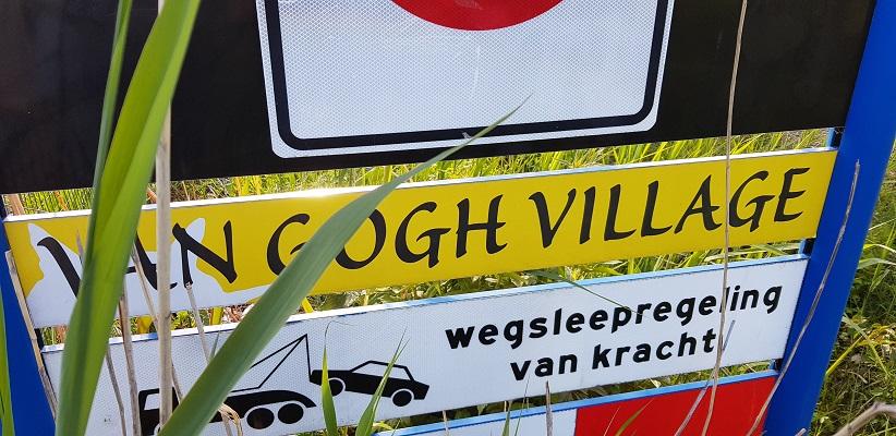 Wandelen buiten de binnenstad van Eindhoven over het Tongelrepad bij Nuenen Gogh VIllage