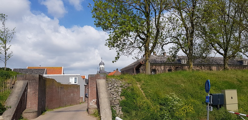 Wandeling over het vernieuwde Waterliniepad van Woudrichem via voetveer naar Slot Loevestein bij waterkering