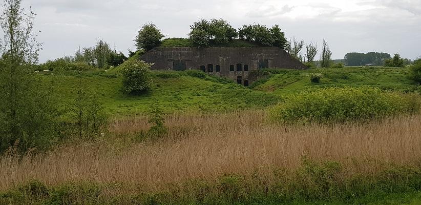 Wandeling over het vernieuwde Waterliniepad van Woudrichem via voetveer naar Slot Loevestein bij Batterij onder Brakel