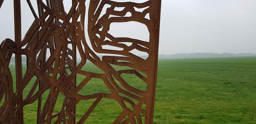 Wandeling over het vernieuwde Waterliniepad van Woudrichem via voetveer naar Slot Loevestein bij kunstwerk Footprint op Halve Zolenlijn