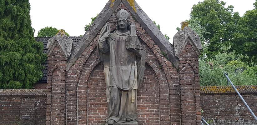 Historische wandeling Heemkunde Bakel op kerkhof bij Willibordusbeeld
